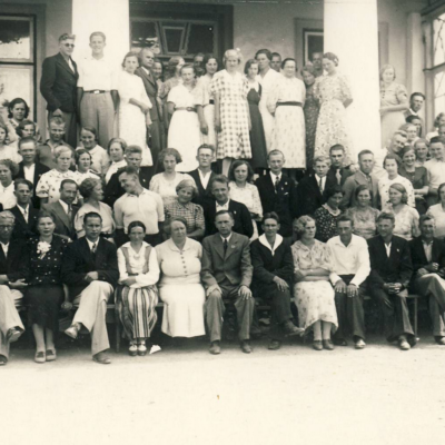 Virumaa Rahvaülikooli õpilased ja õpetajad kooli ees. Allikas: SA Virumaa Muuseumid