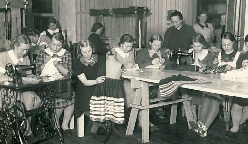 Virumaa Rahvaülikooli õpilased käsitöötunnis. Allikas: SA Virumaa Muuseumid